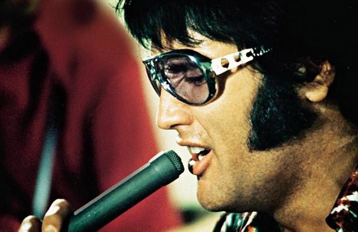 1970 год, Элвис поет в документальном фильме *That's The Way It Is*.