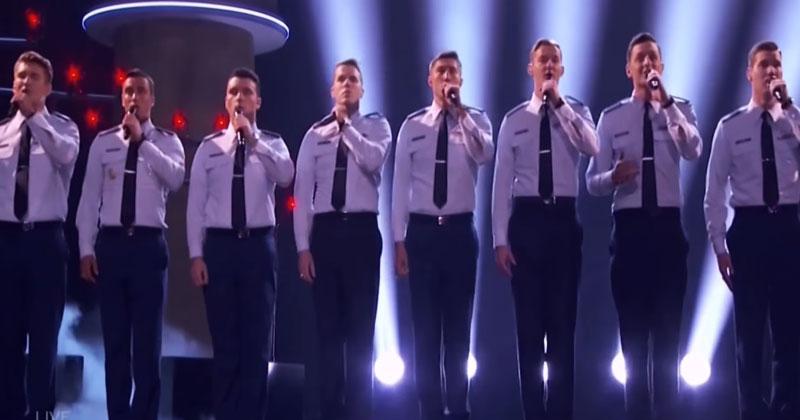 15 кадетов вышли на сцену с микрофонами. Спустя 30 секунд публика ахнула от восторга!
