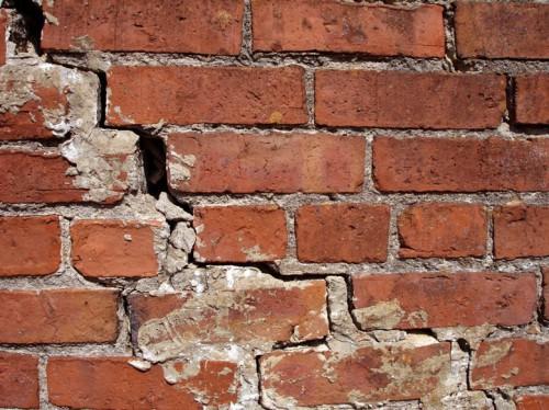 Как избавиться от трещин на кирпичном доме