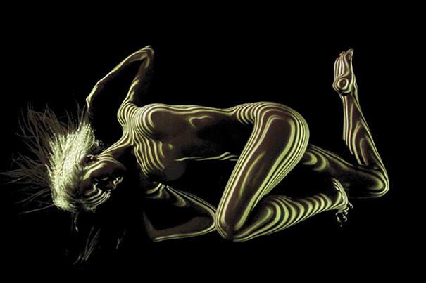 Фотограф облачает голых женщин в свет и тени женщина, нагота, свет, тень, фотография
