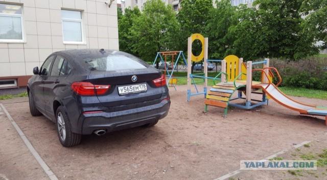 Дама на BMW... в детской песочнице!