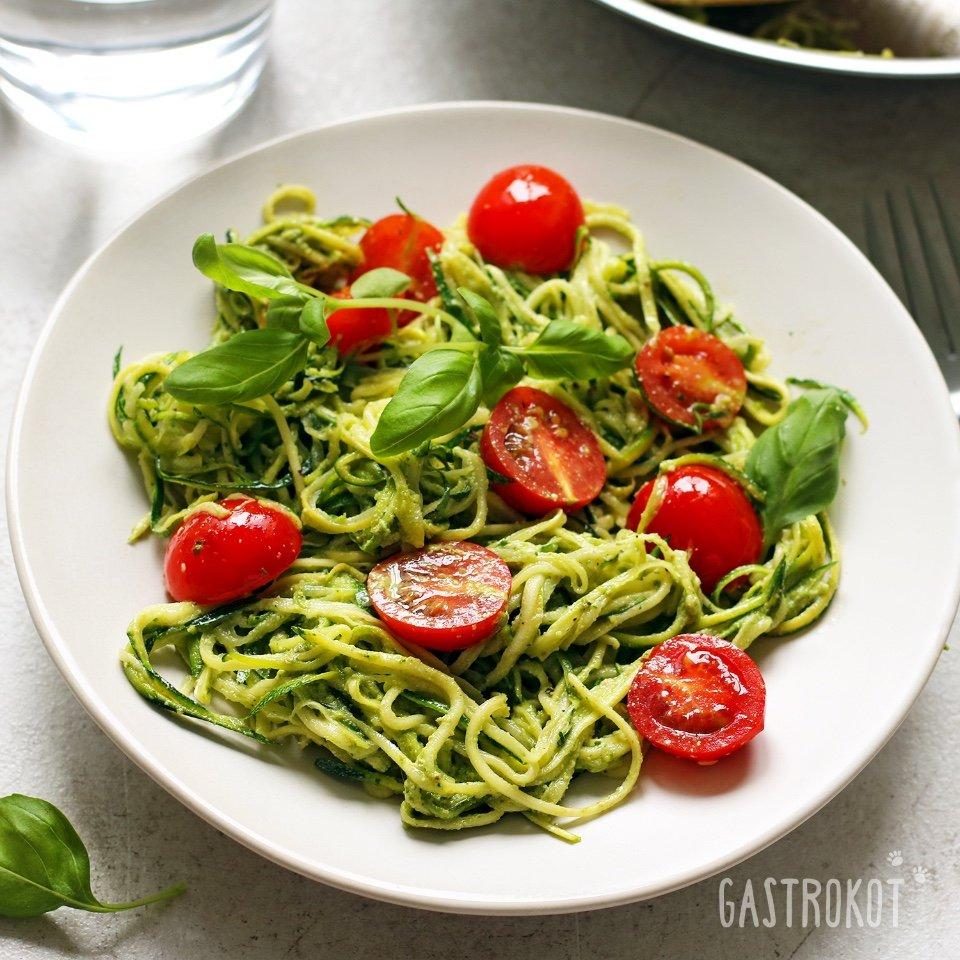 Спагетти из цуккини с песто и томатами черри
