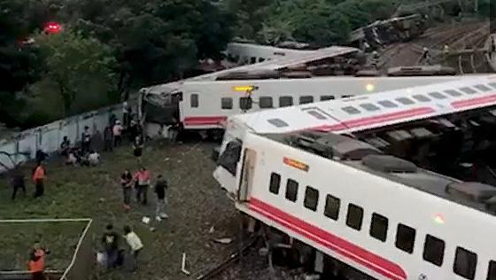 Крушение поезда на Тайване попало на видео