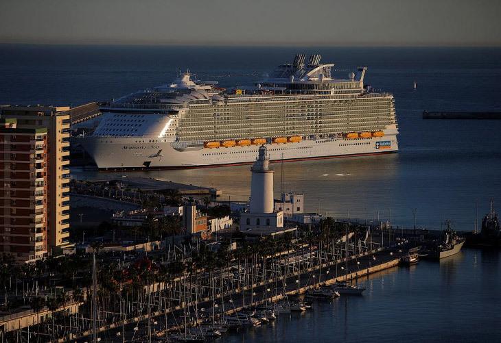 Большое круизное судно в мире