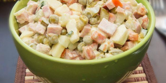 Салат с яблоком, ветчиной, огурцами и зелёным горошком