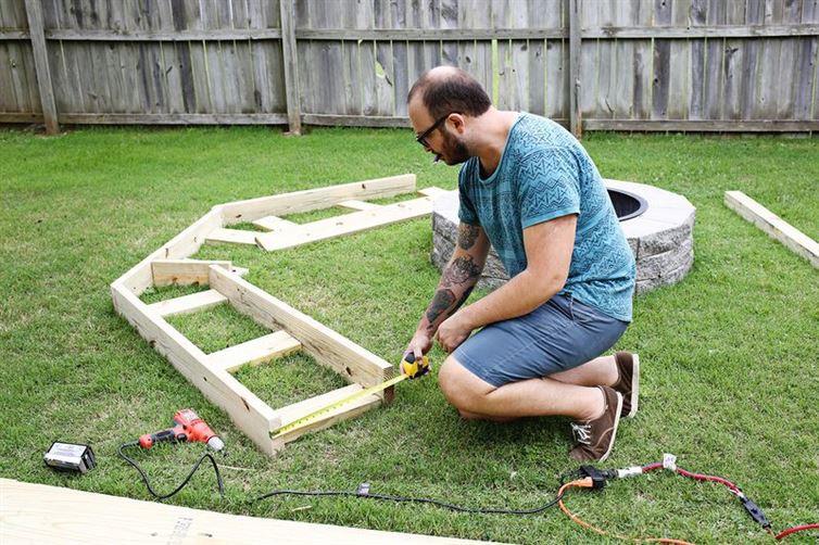 Начинаем конструировать костер, своими руками, скамейка, уголок