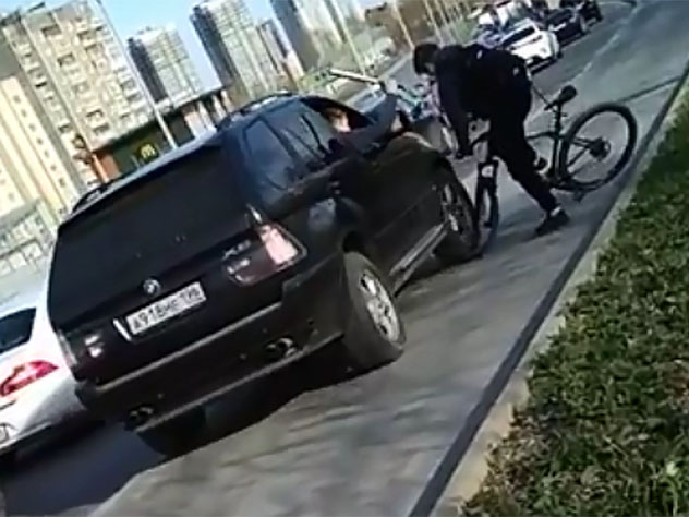 В Екатеринбурге на видео попал намеренный наезд BMW на велосипедиста