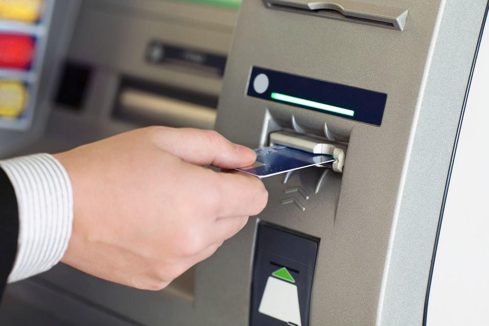 Операции россиян по картам иностранных банков попадут под контроль