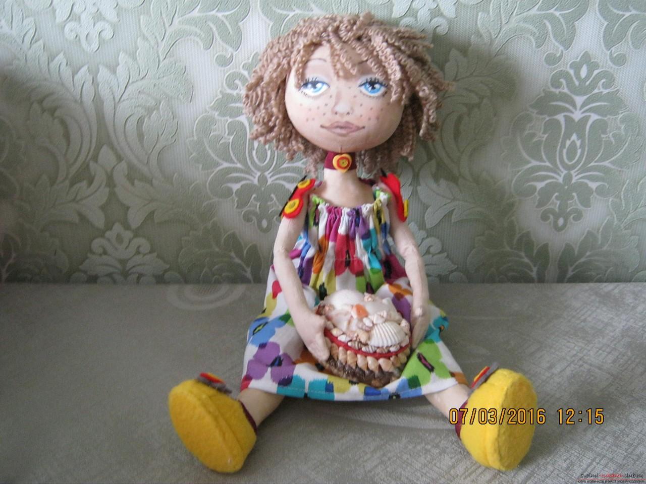 Этот мастер-класс с выкройкой расскажет как сшить своими руками текстильную интерьерную куклу.. Фото №19