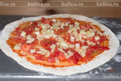 Репчатый лук мелко нарезать и выложить на помидоры.