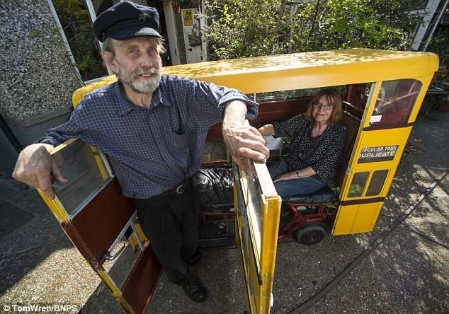 75-летний пенсионер, скучая по своей работе, создал из мопеда мини-автобус