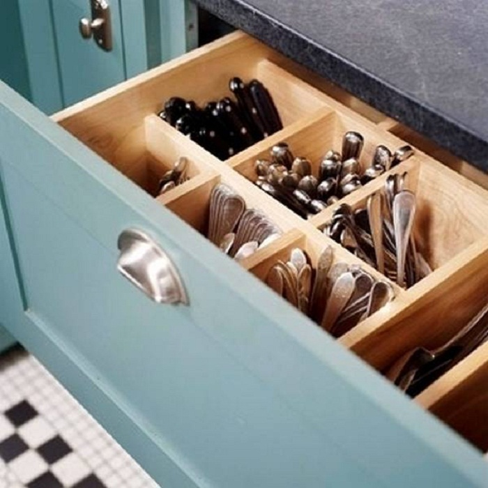 Удобное размещение столовых приборов оптимизирует пространство на кухне.