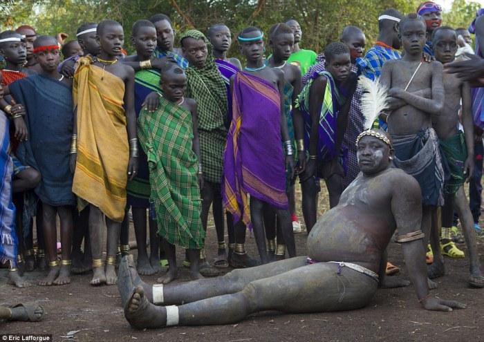 Взгляд не оторвать: 11 снимков самых красивых мужчин эфиопского племени боди