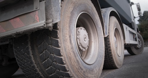 В Москве у грузовика отлетело колесо, погибла женщина