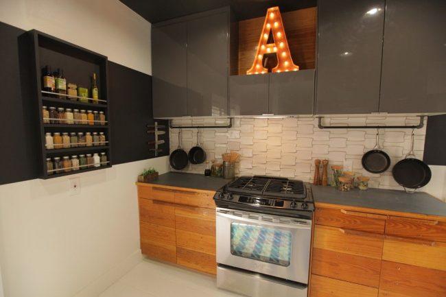 Кухня в деревенском стиле с полками под специи, размещенными в стороне от плиты
