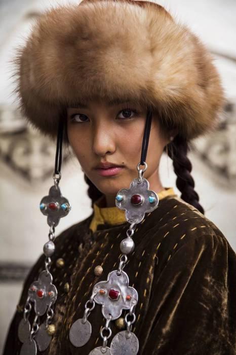 Девушка в натуральной национальной меховой шапке.