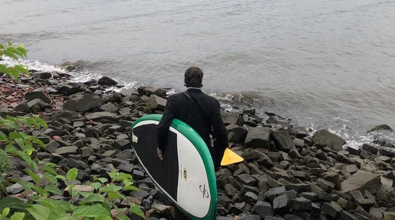 В Нью-Йорке мужчина, опаздывая на встречу, переплыл реку Гудзон на доске для сёрфинга