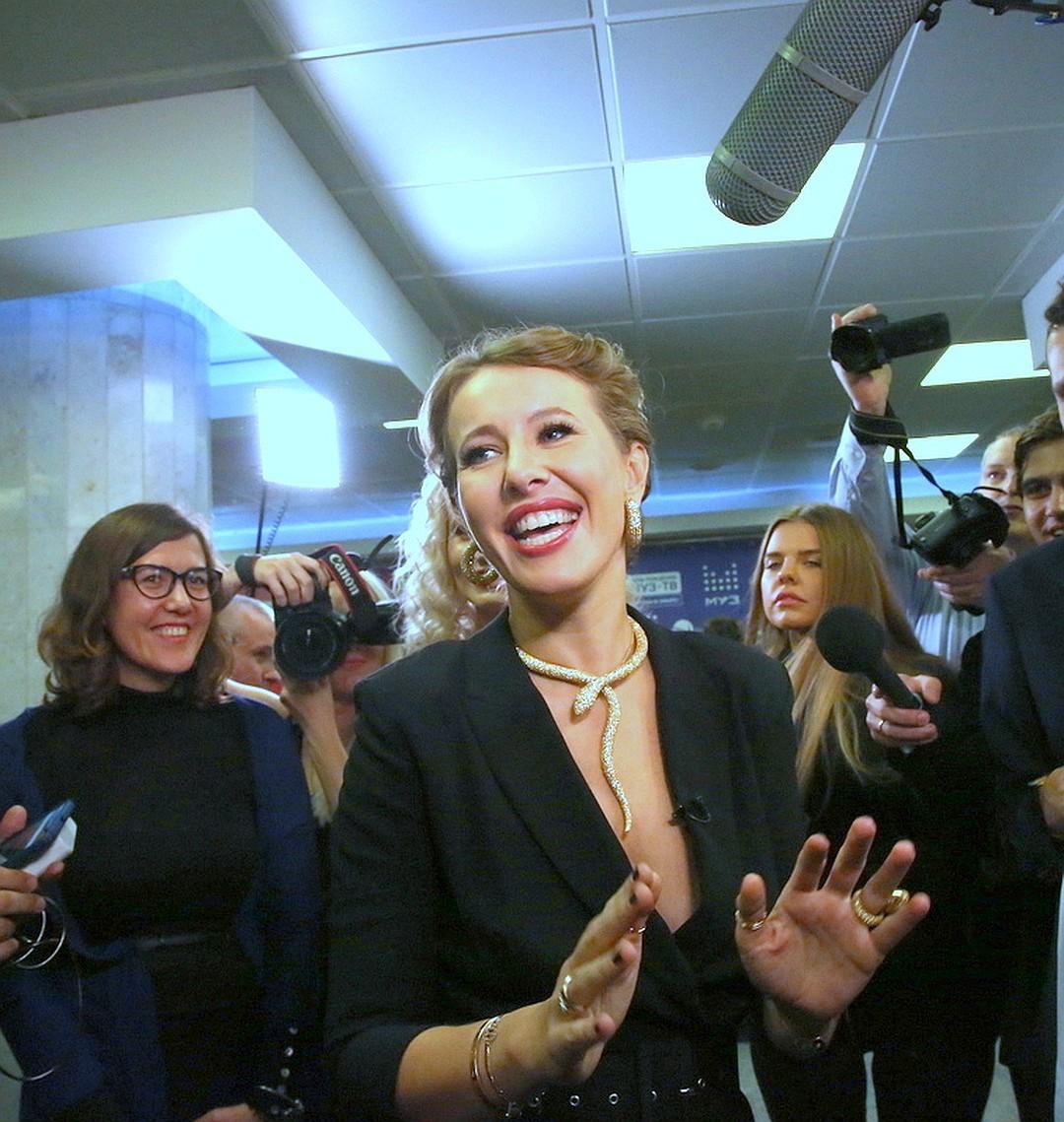 """Ксения """"пригрела"""" змею на груди. Фото: Борис КУДРЯВОВ/""""Экспресс газета""""."""
