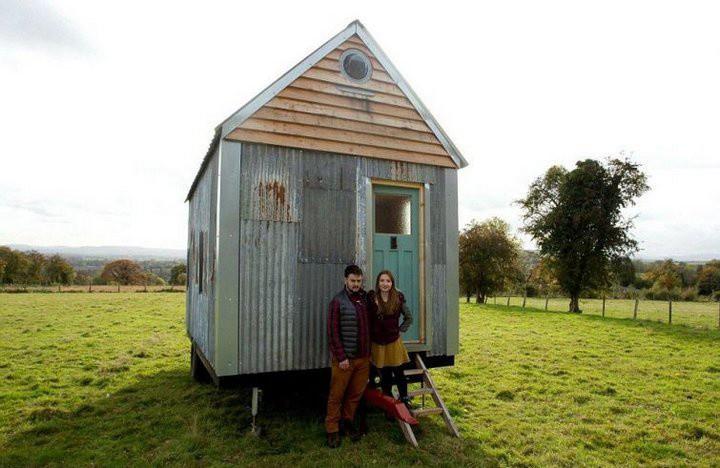 Пара построила уютный домик всего за $ 1500, используя строительные отходы и переработанную древесину