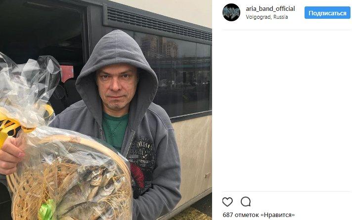 Не букеты алых роз: жители Волгограда вручили группе «Ария» букеты из сушеной рыбы, опубликовано фото