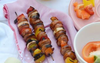 Шашлыки из колбасок с овощами