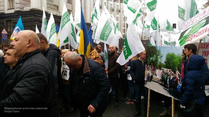 Оглушительные залпы салюта напугали митингующих у Верховной рады в Киеве