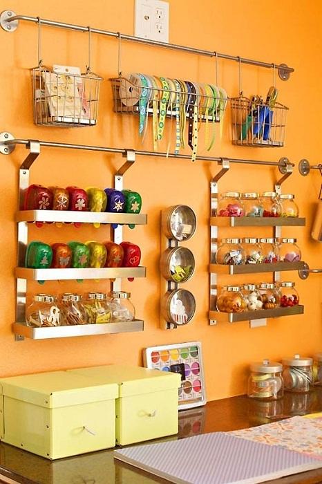 Оригинально оформленное место для хранения материалов для рукоделия, то что понравится определенно.
