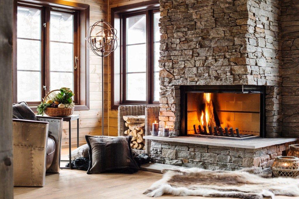 Деревянный дом с камином смотрится оригинально и красиво