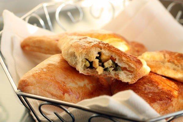 Слоеные пирожки с яйцом и зеленым луком: объедение за считанные минуты!