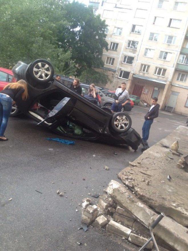 Пьяный автомобилист из Владивостока уложил автомобиль на бок и отправился на боковую