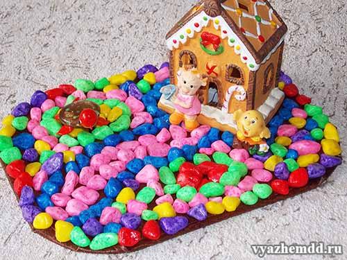Композиция с домиком из цветных камушков