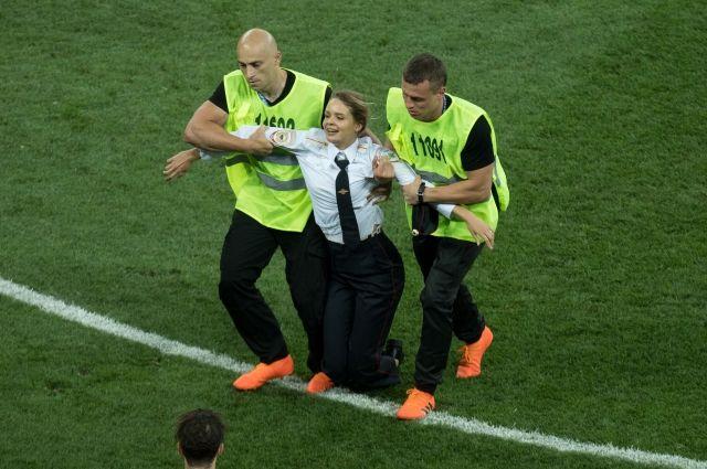 Участники Pussy Riot предстанут перед судом за ношение полицейской формы