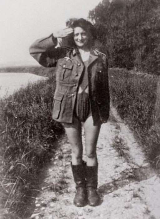 Нацистская форма поверх купальника.