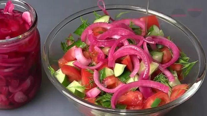 И шашлык, и любой салат заиграют по-новому — Маринованный лук со свеклой
