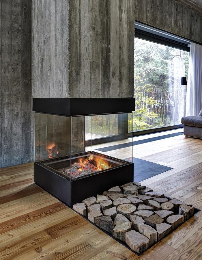 Стильный и современный камин в гостиной