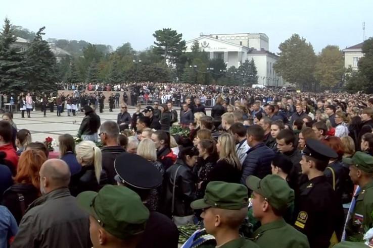 В Керчи тысячи людей пришли …