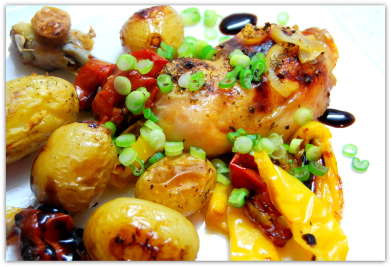 Молодой картофель запечённый с овощами и куриными окорочками