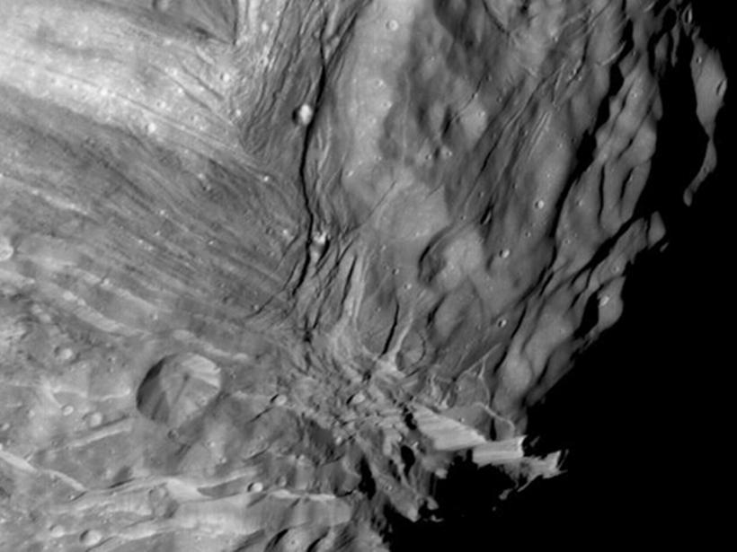 Одна из высочайших скал Солнечной системы, прыжок с которой будет длиться 12 минут
