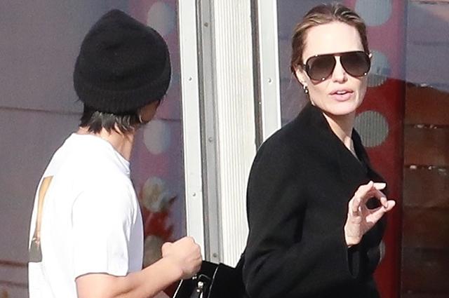 Анджелина Джоли с сыновьями …