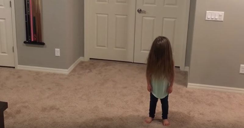 Малышка решила станцевать. Внезапно в кадре появились ее старшие братья, и получилось сногсшибательное видео!