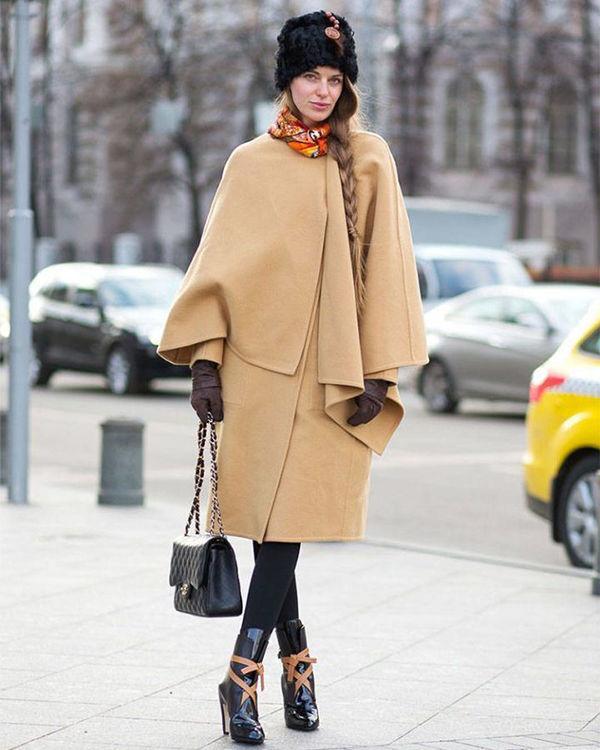 Девушка в пальто с платком и сумкой фото