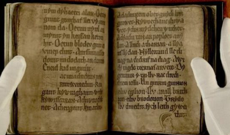 Черная книга из Камартена Черная книга из Камартена считается одной из самых первых книг, написанных на валлийском языке. Ее обнаружили в соборе Святого Давида. Рукопись датирована 1250 годом и содержит множество жизнеописаний национальных героев — внешне. Пытливый исследователь Джора Пейсах обнаружил на страницах книги скрытые послания, расшифровать которые ученые не могут до сих пор.
