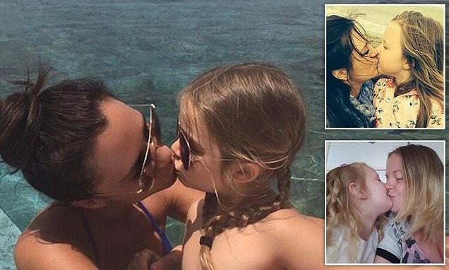 Это фото Виктории Бекхэм, целующей свою дочь, вызвало ажиотаж в Сети...