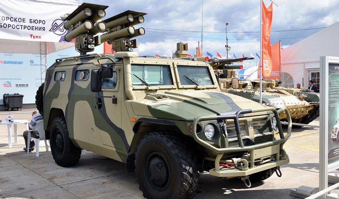 Корнет-ЭМ Авиасалон МАКС-2011 стал премьерным для еще одной разработки российских оружейников. «Корнет-ЭМ» — самоходный противотанковый ракетный комплекс, который выглядит настоящим пришельцем из войн будущего. Автомобиль оборудован двумя пусковыми установками общим боекомлектом в восемь ракет.