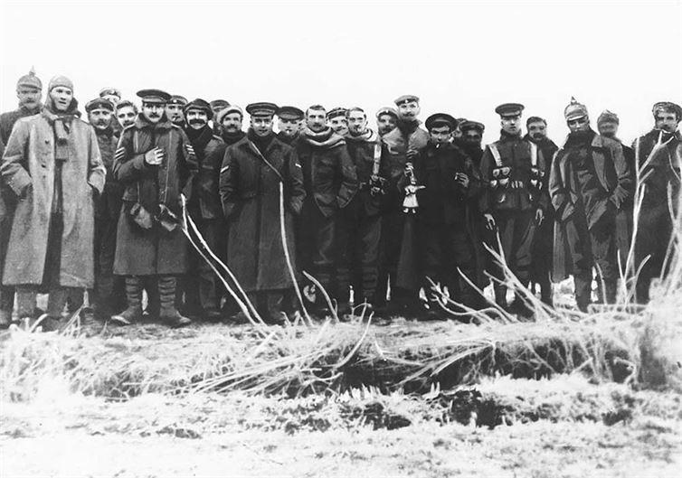 13. Солдаты с обеих воюющих сторон позируют для снимка во время спонтанного перемирия в честь Рождества. 1914 год, Первая мировая война. история, неизвестные фото, фото
