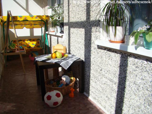 Фото детской площадки на балконе.