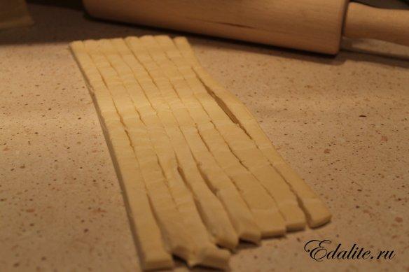 Нарезанное слоеное тесто
