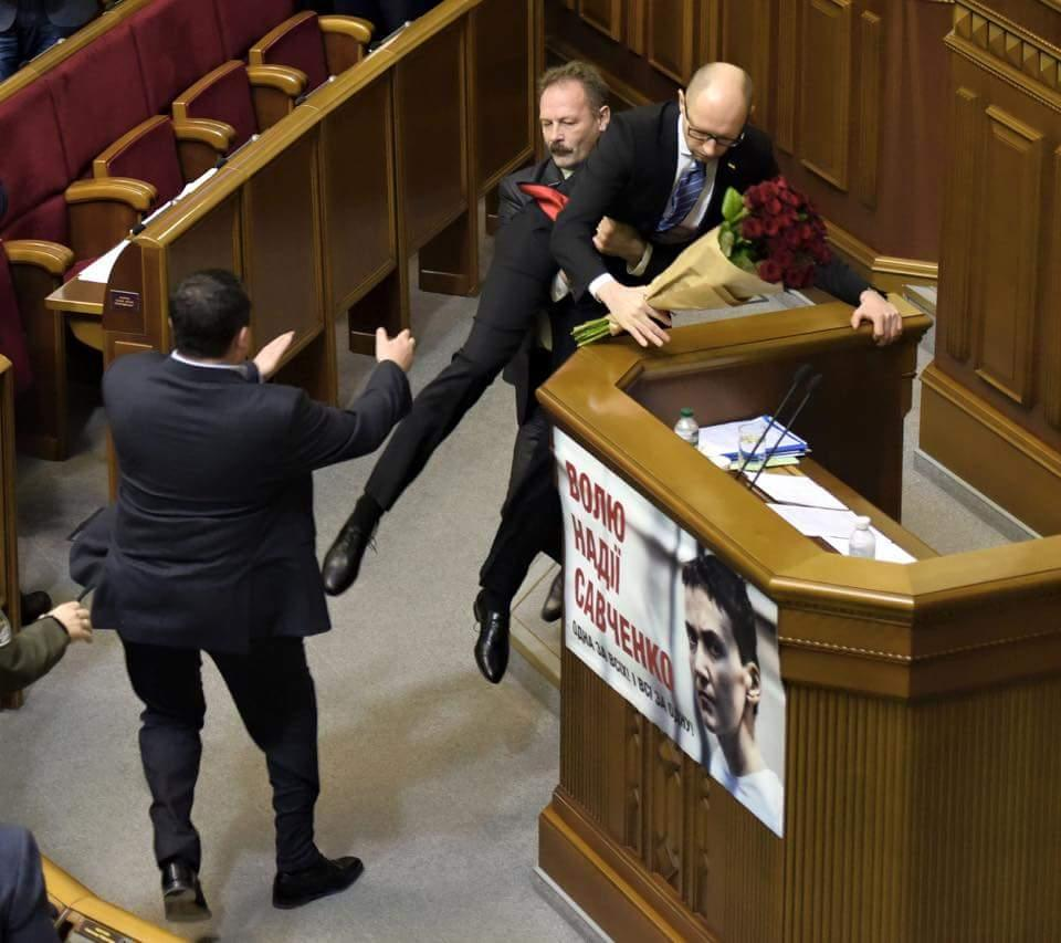 Пользователи Coub отреагировали на вытаскивание Яценюка из-за трибуны в Раде