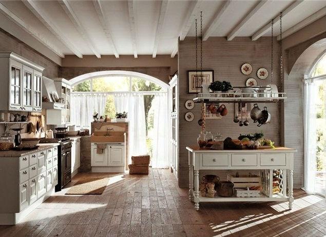 Ровные деревянные балки, очень просторная кухня, деревянный пол и мебель, большие окна с белоснежными занавесками - все в самых жестких традициях стиля прованс