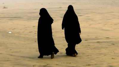 Двух женщин в паранджах сняли с рейса за «подозрительный взгляд»